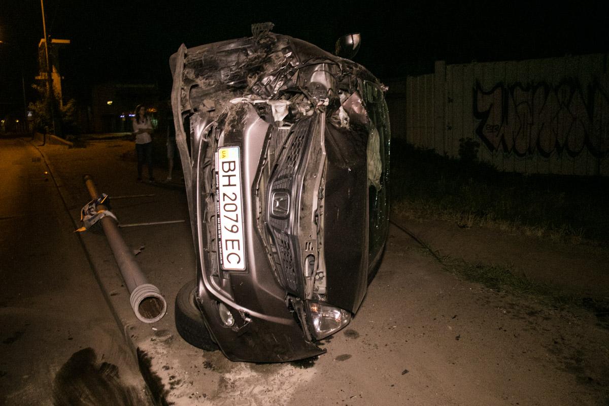 Один автомобиль вылетел на обочину и перевернулся