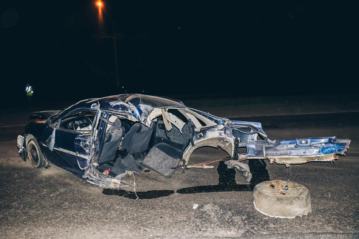 От удара автомобиль разорвало на части