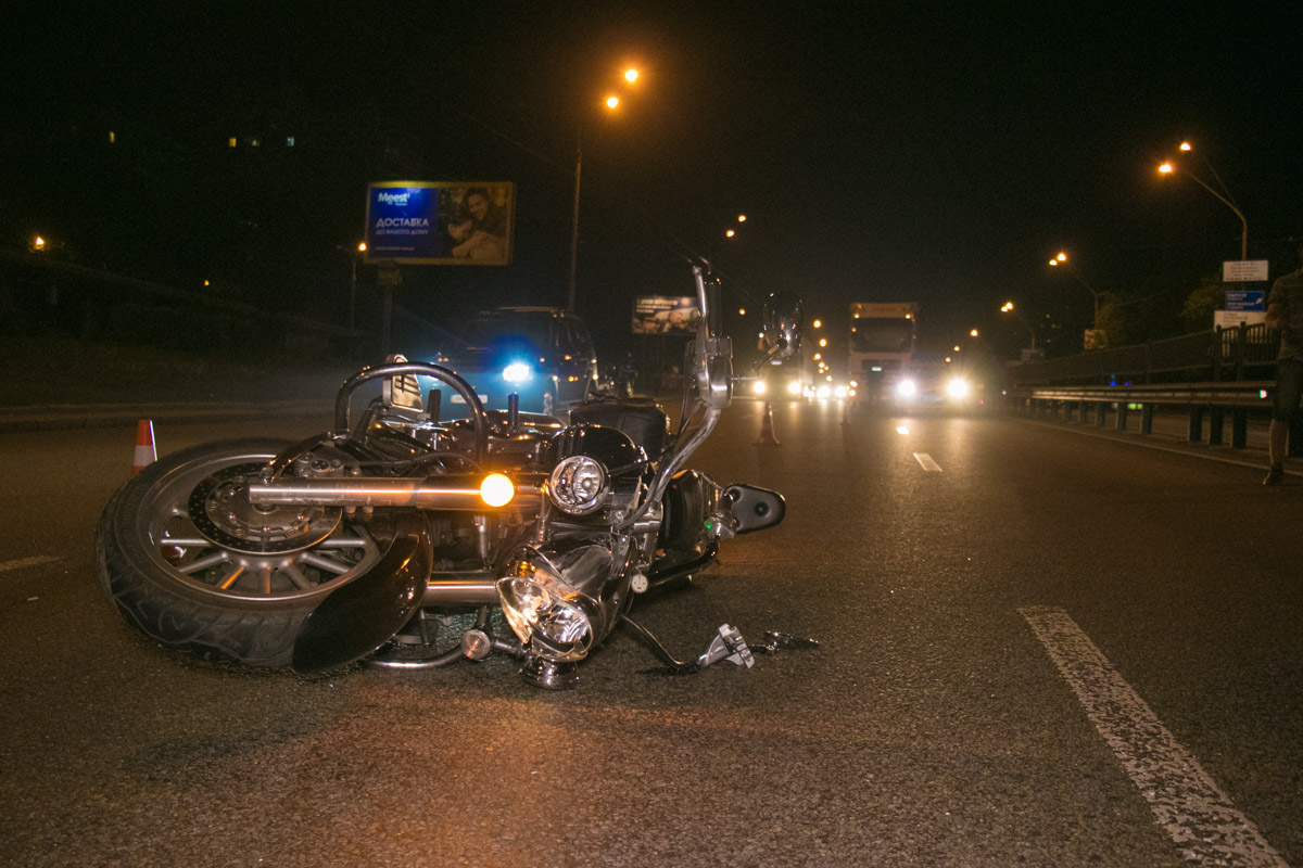 Мотоцикл улетел дальше по дороге