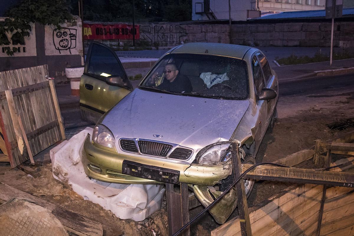 Daewoo Lanos заехал в строительный котлован