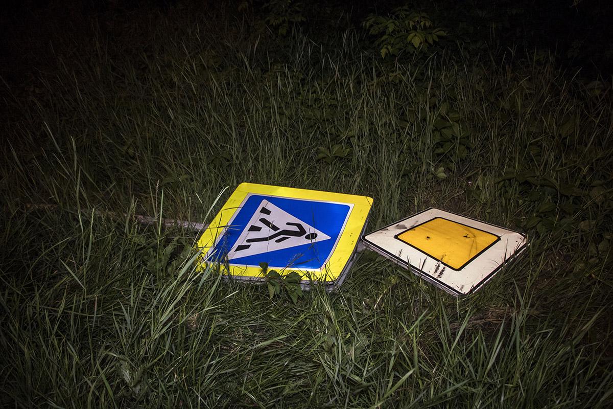 Во время опасного маневра автомобиль снес дорожный знак