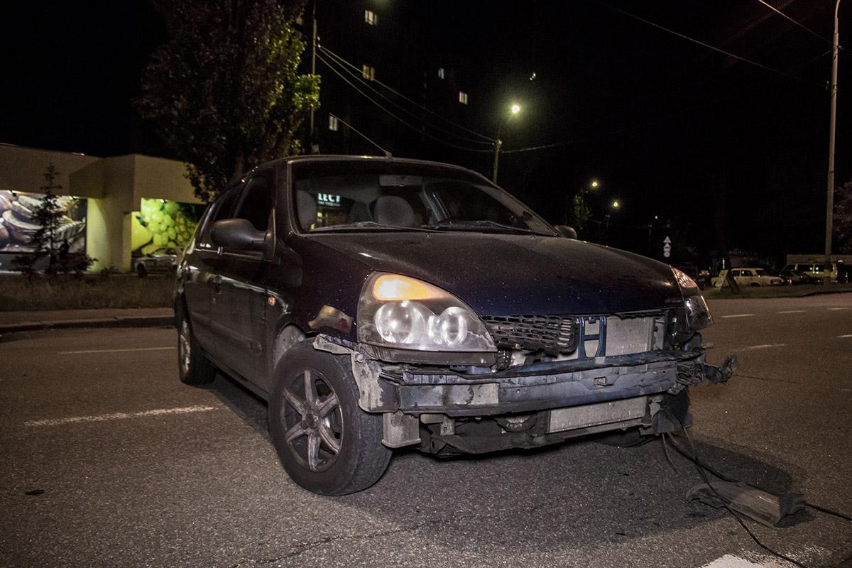 Renault выезжал с прилегающей улицы