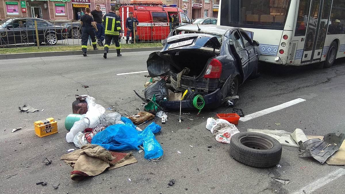 В Запорожье масштабное ДТП: столкнулись около 10 машин и автобус