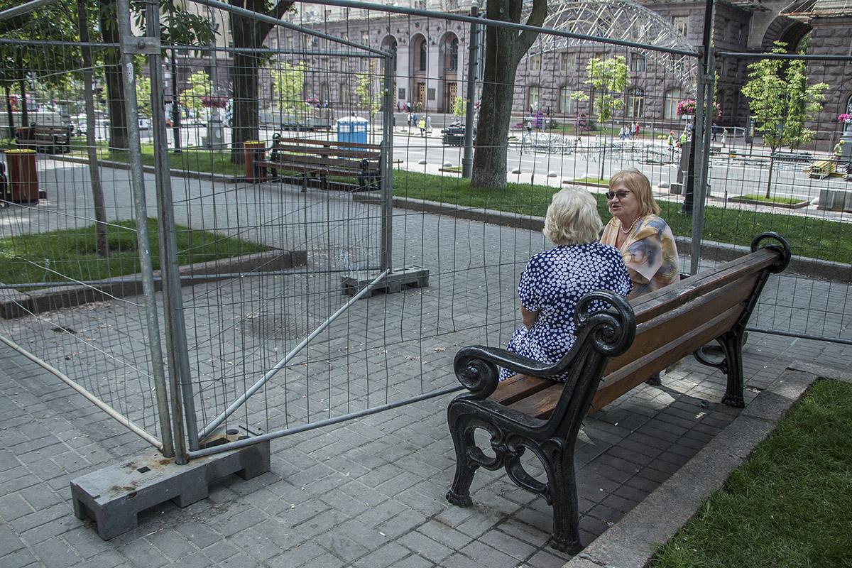 Жители жалуются, что большинство лавочек - за забором
