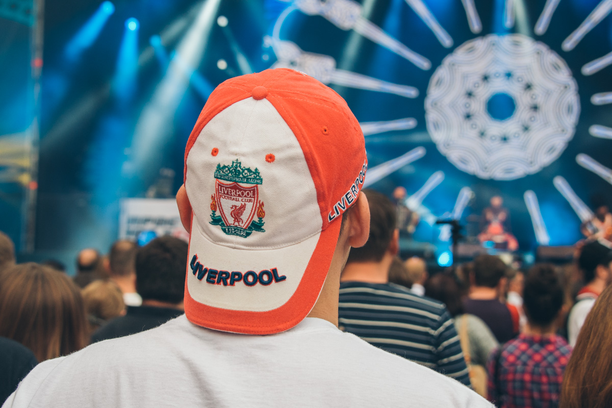 Футбольные фанаты не отводили глаз от сцены
