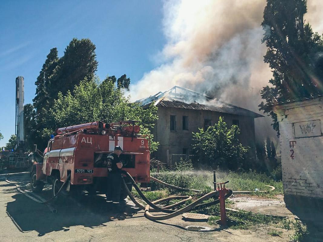 Далее огонь перекинулся на пустой дом, в котором не живут уже десятки лет