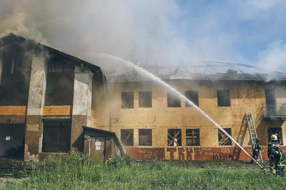 По предварительным данным, загорелось дерево возле заброшенного строения по адресу Отрадный, 73