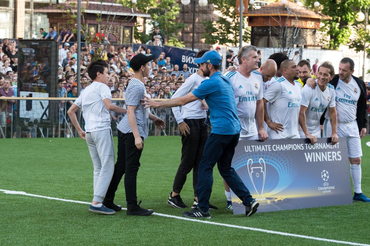 """Во время фото легенд """"Реала"""" юные болельщикипрораплись на поле, но были остановлены стюардами"""