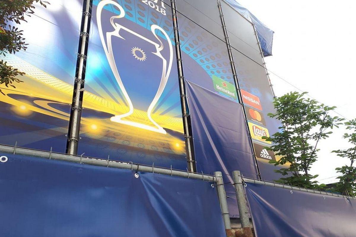 Другие баннеры Газпрома тоже прикрыты тканью