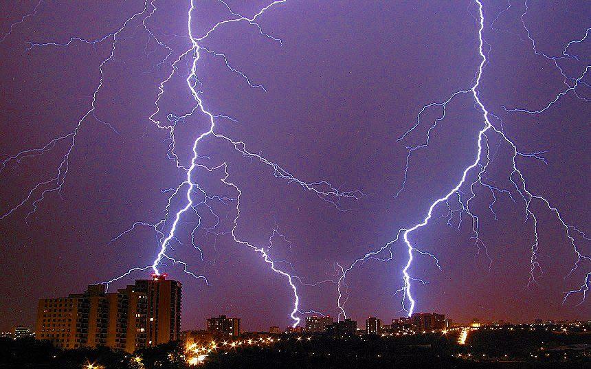 Такие страшные и одновременно прекрасные молнии. Фото: y.kopishinskij