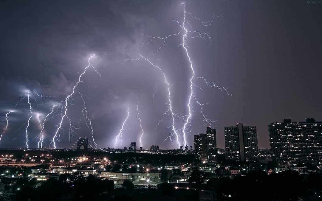 В городе бушует непогода. Фото: krisvsthunder