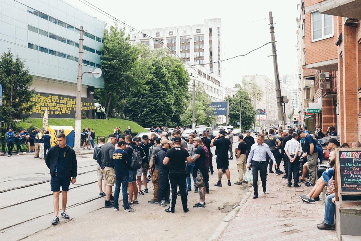 Под зданием канала находится около 130 человек