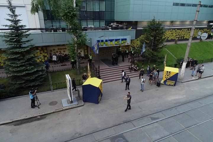 В 19:00 к зданию телеканала начали подъезжать силовики