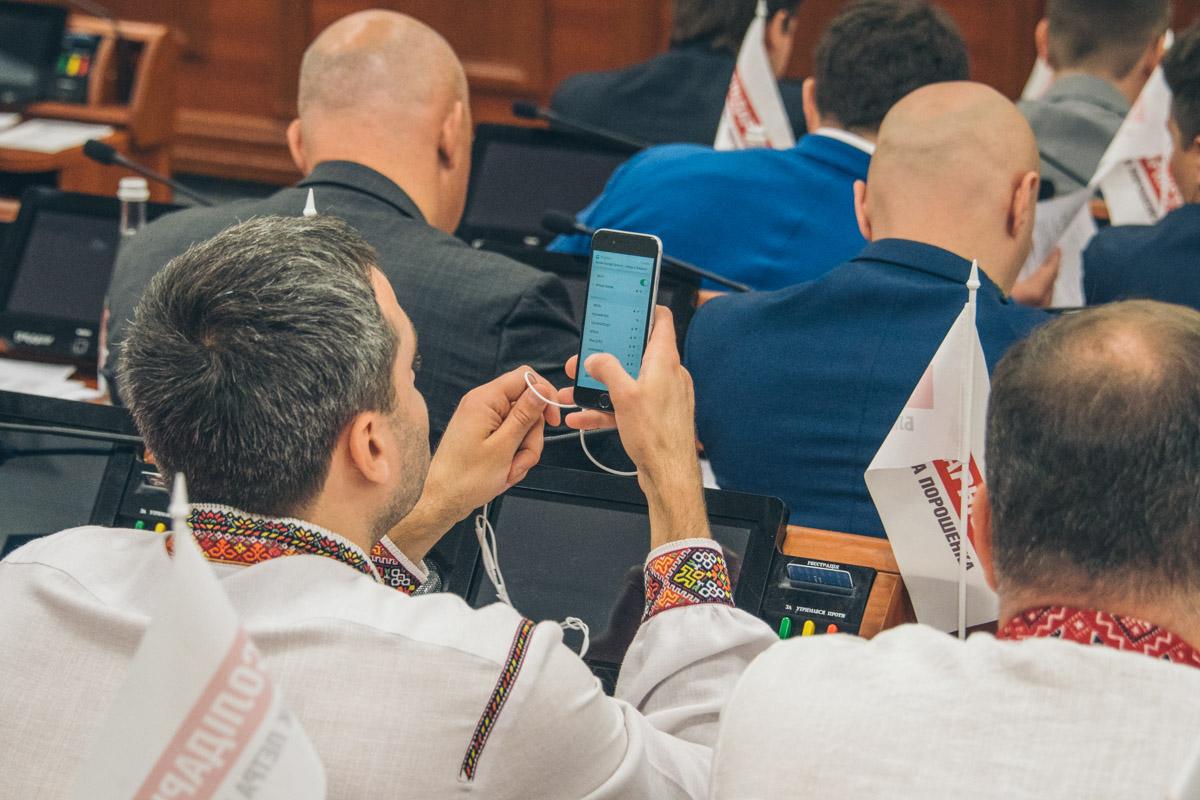 Илья Сагайдак нарядился в вышиванку с красочным цветным узором