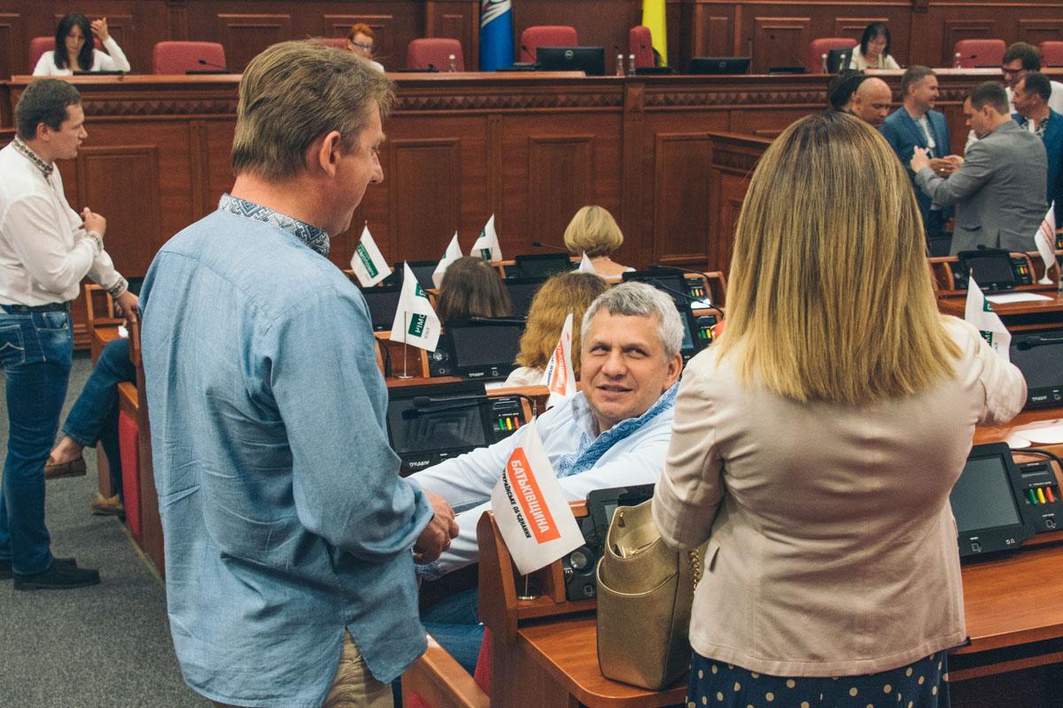 Некоторые депутаты всегда приходят на работу в вышитых рубашках
