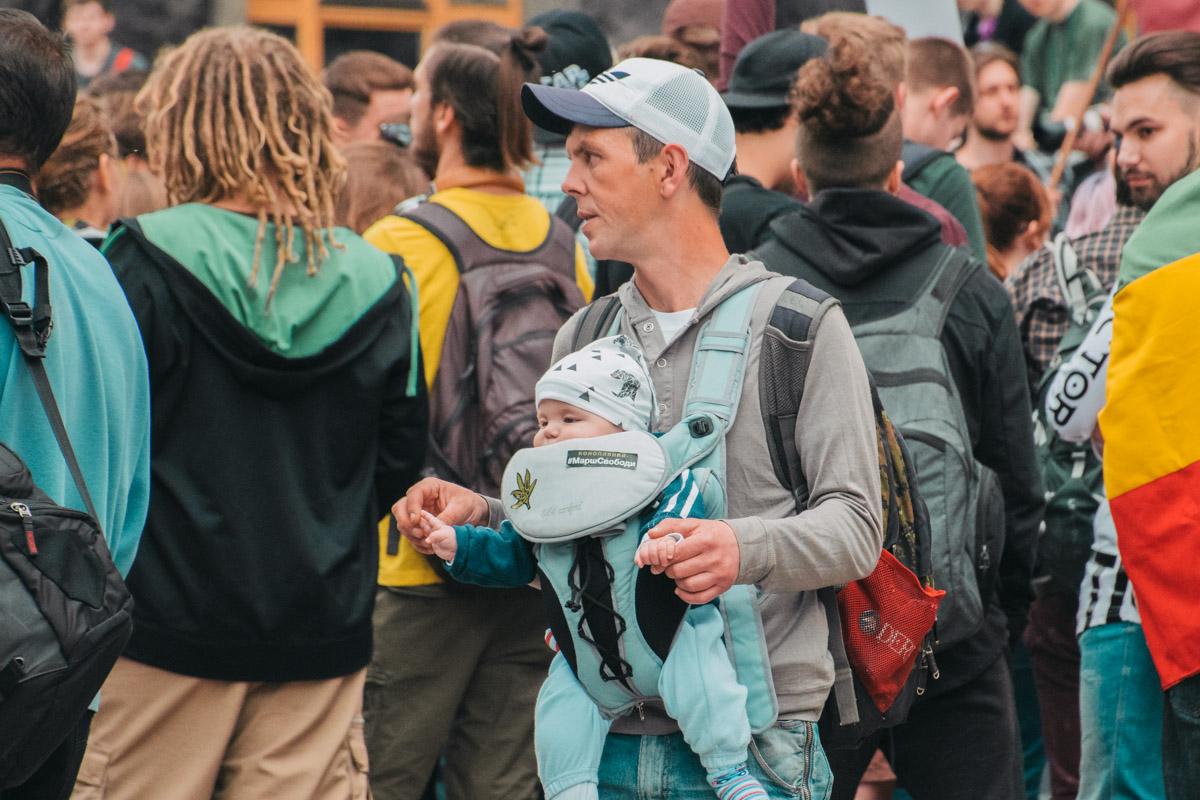 На марше собрались около двухсот людей