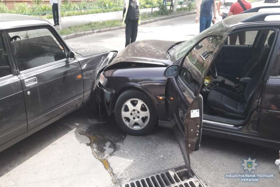 Злоумышленники попытались скрыться и въехали в служебное авто