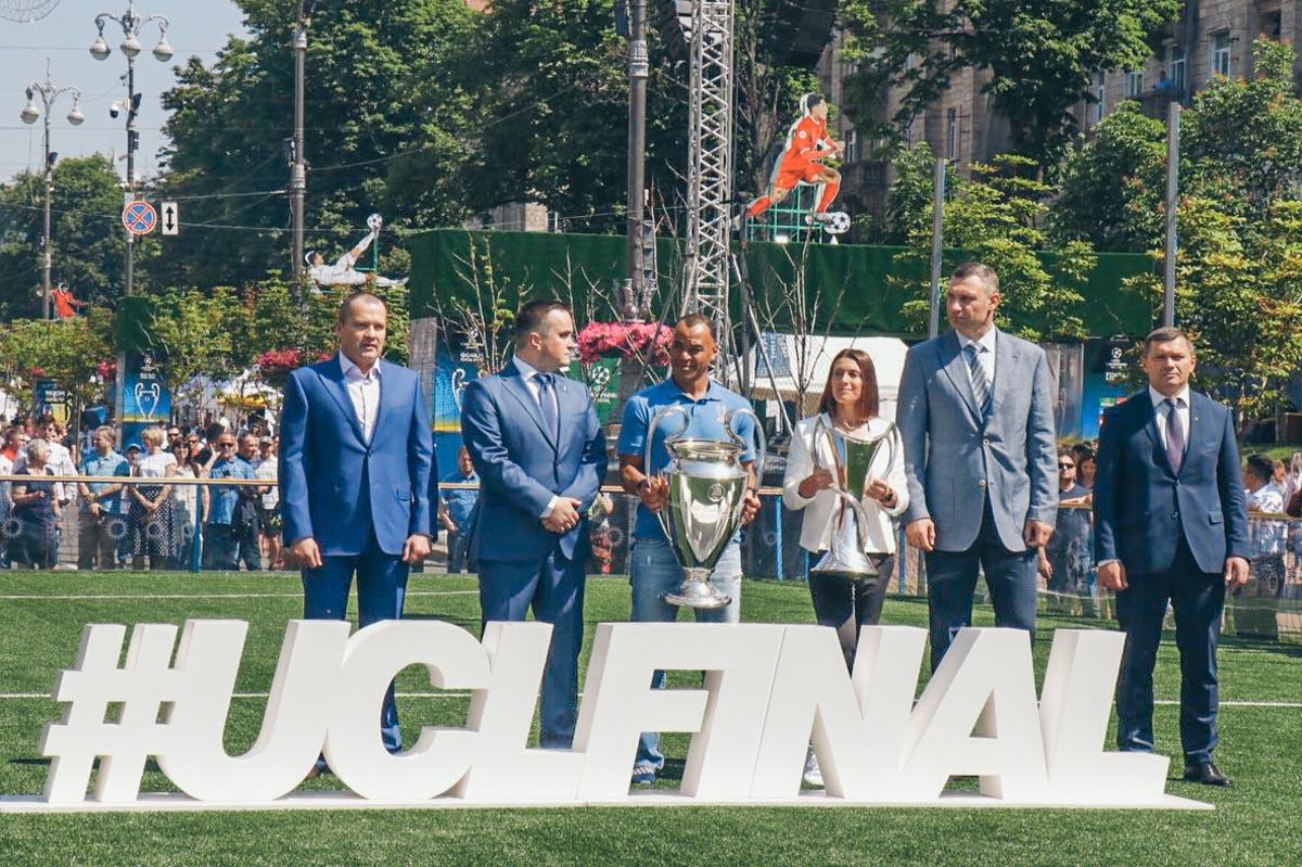 Трофей в руках держали легенда сборной Бразилии Кафу и амбассадор финала Лиги Чемпинов Ия Андрущак