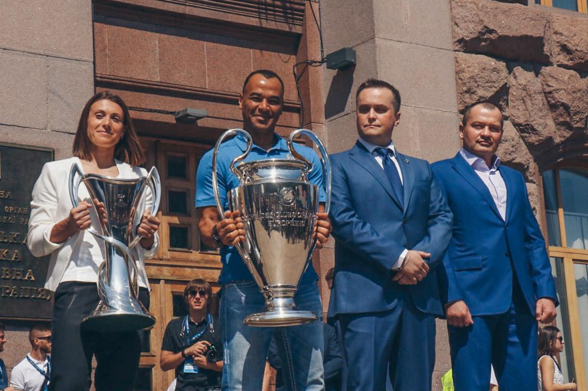 Жители Киева фотографировали кубки и звезд футбола