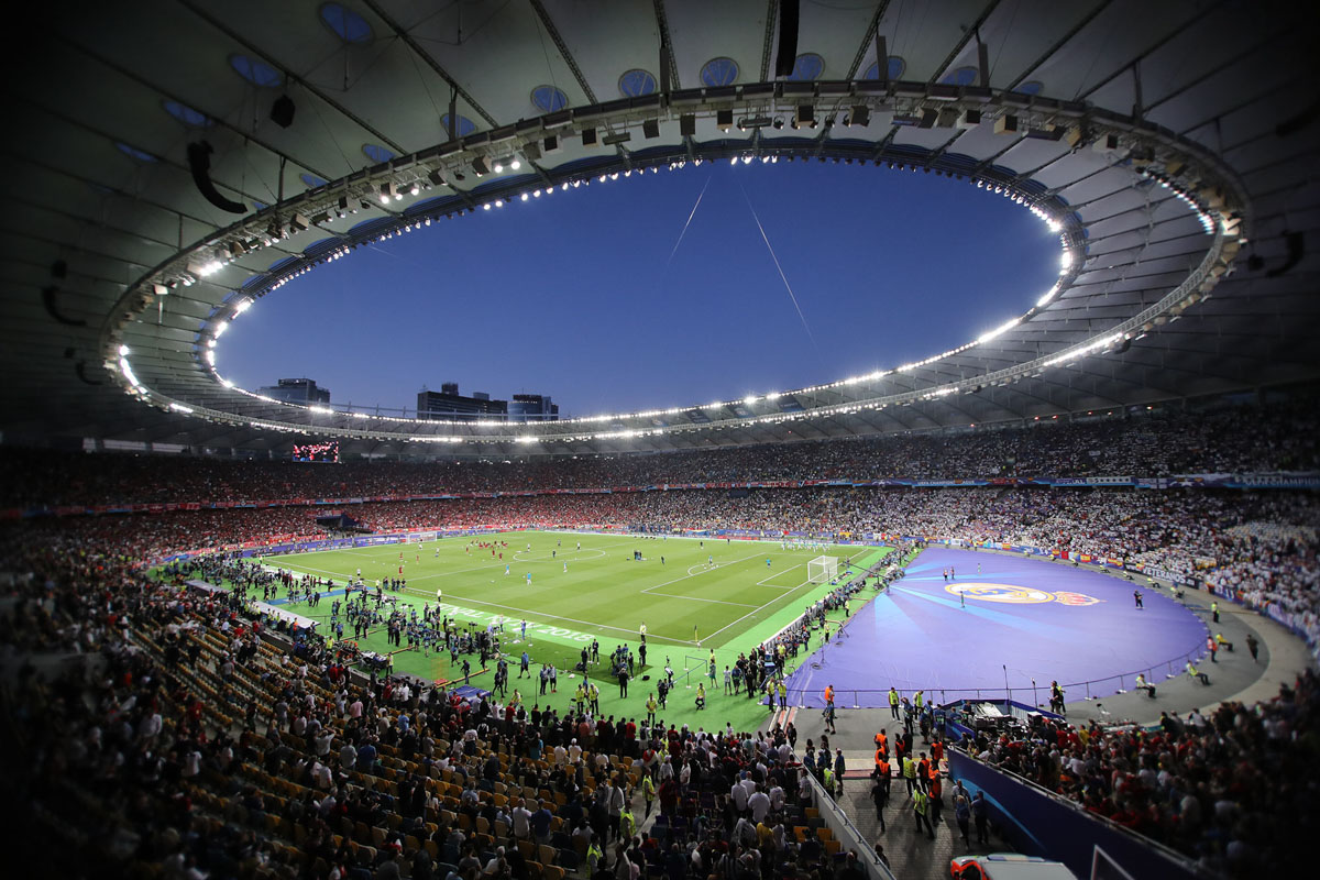 Стадион заполняется фанатами и наполняется их энергией