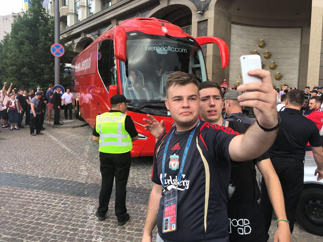 """Единственное селфи, которое удалось сделать - с автобусом """"Ливерпуля"""""""