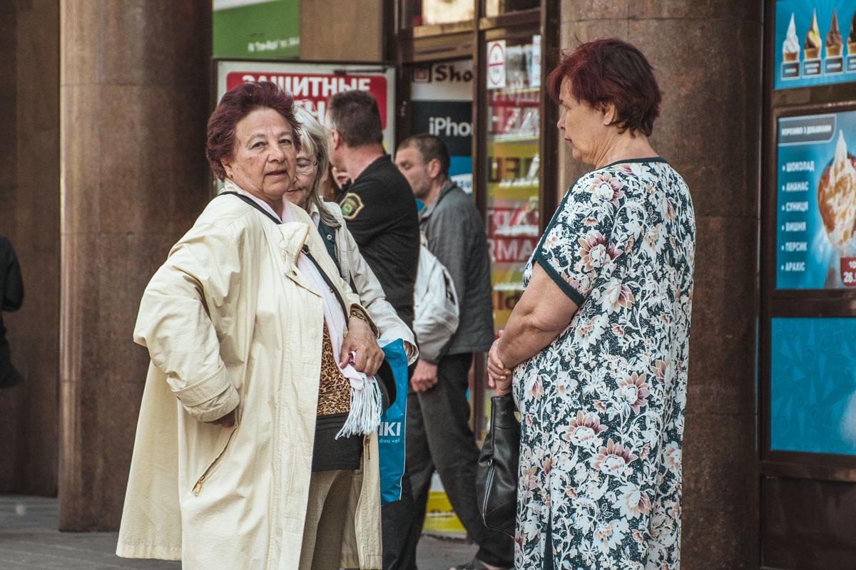 """Женщина с купюрами в кулаке ожидала митингующих возле входа в метро """"Хрещатик"""""""
