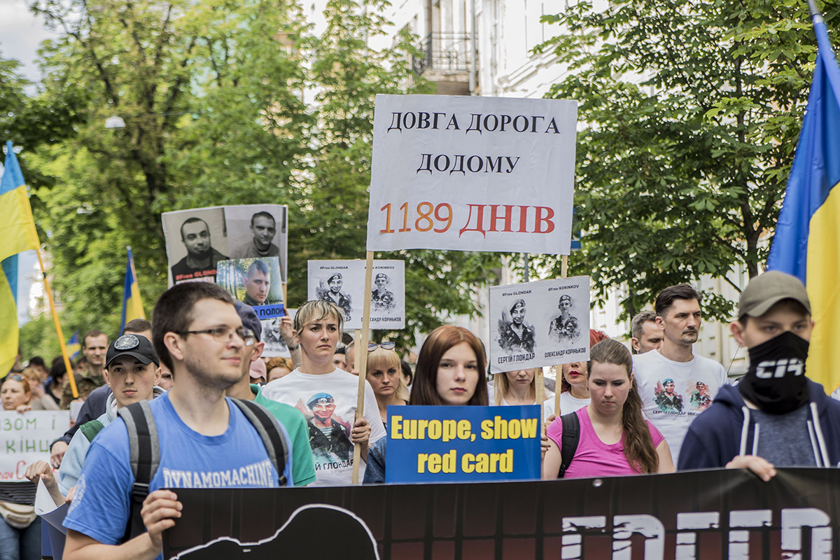 Сотни людей вышли на марш с требованием освободить политзаключенных Кремля