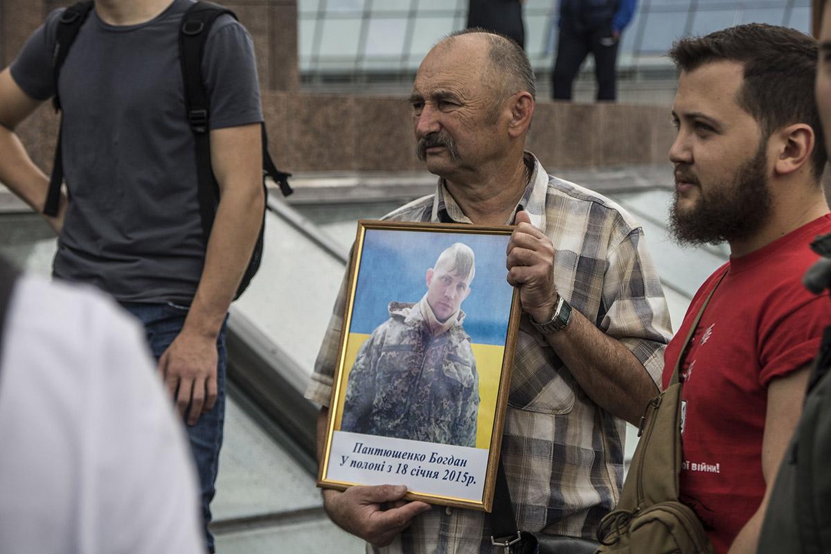 Они несли плакаты и транспаранты с надписями и фото политзаключенных