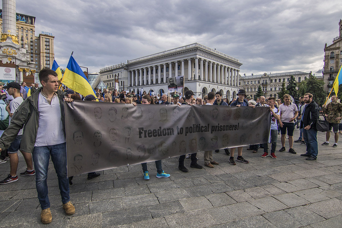 Около четырех сотен людей прошли по центру столицы