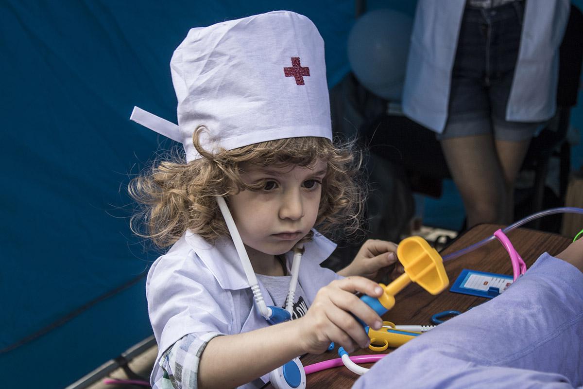 Самые маленькие гости могут переодеться в настоящих докторов и попробовать вылечить манекена