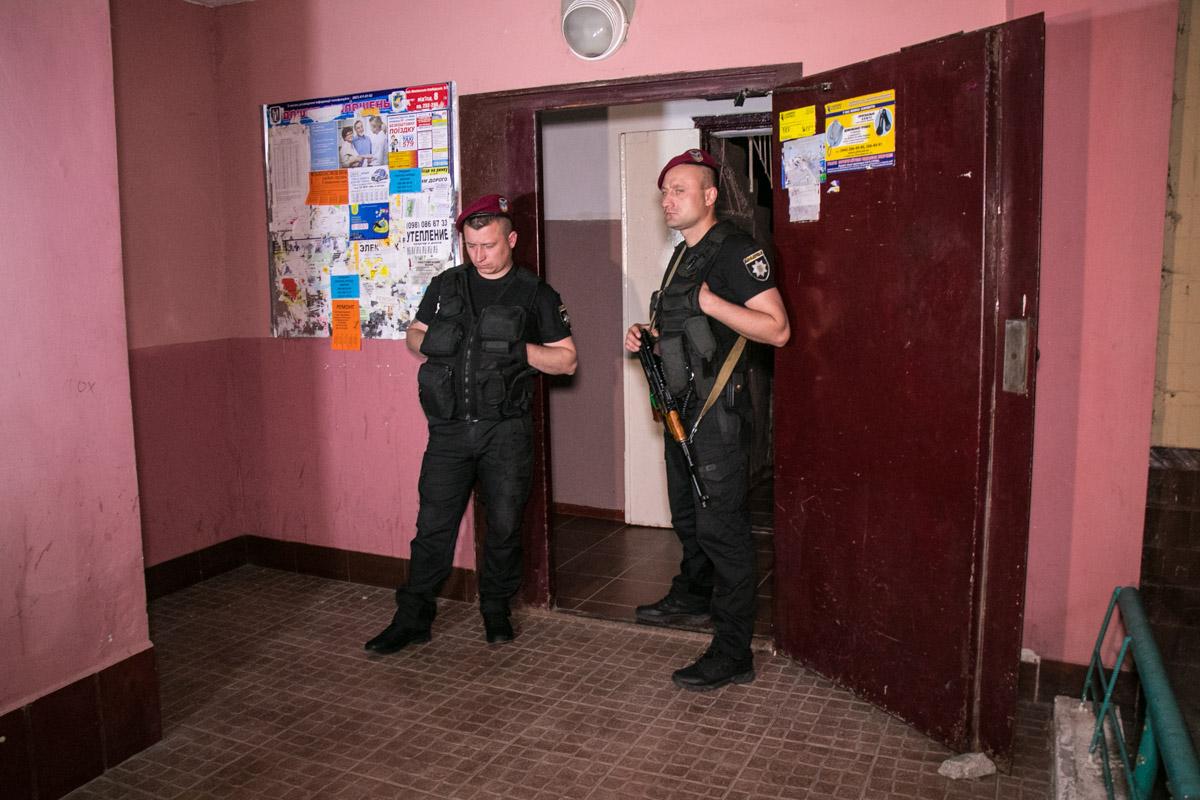 Вход в подъезд охранялся во время проведения следственных действий