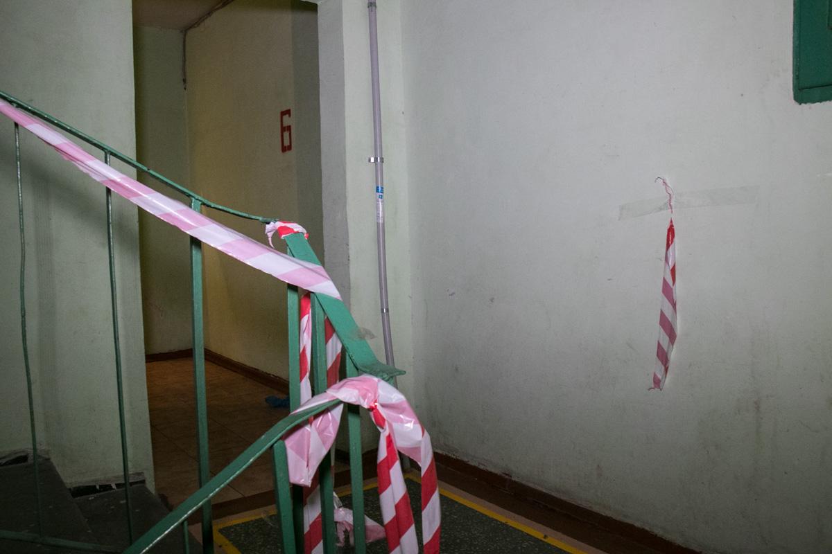 На этаже также все было ограждено красно-белой лентой