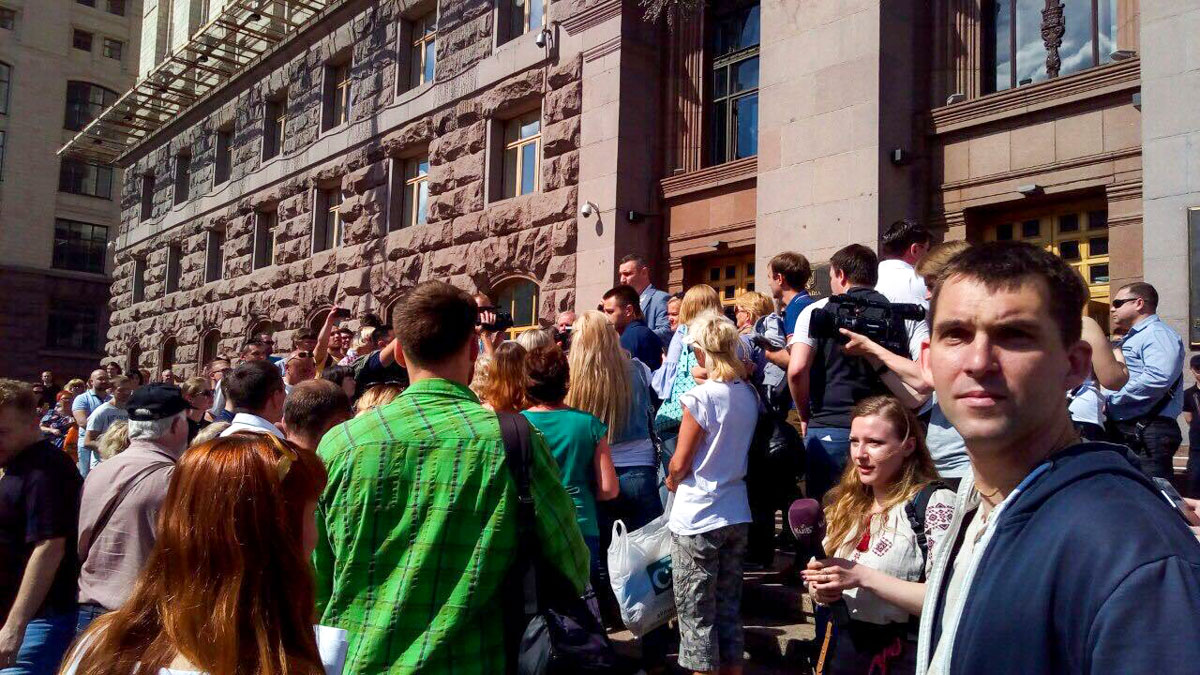 Около 10:30 к собравшимся таки вышел Виталий Кличко