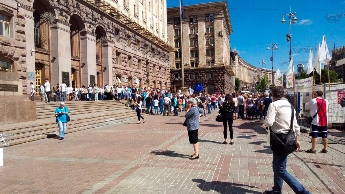 В Киевепод зданием КГГА собрались несколько сотен людей