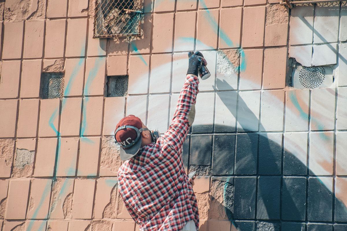 Художник Виталий Гидеван закончил работу над своим очередным граффити на улице Пражская