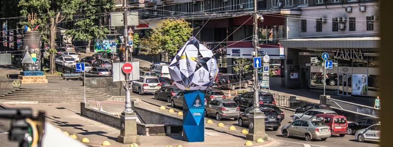 В центре Киева сдулся мяч Лиги чемпионов