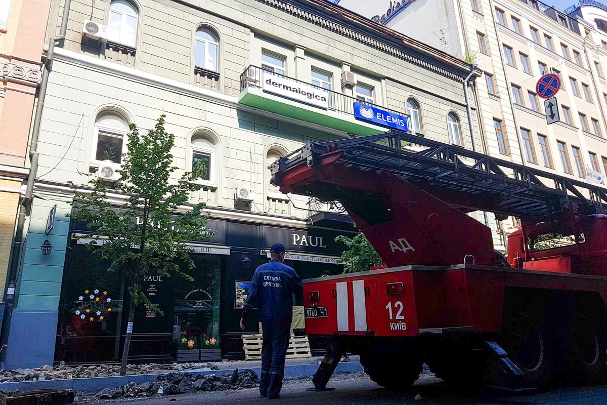 Улица перекрыта машинами аварийно-спасательной службы и пожарными