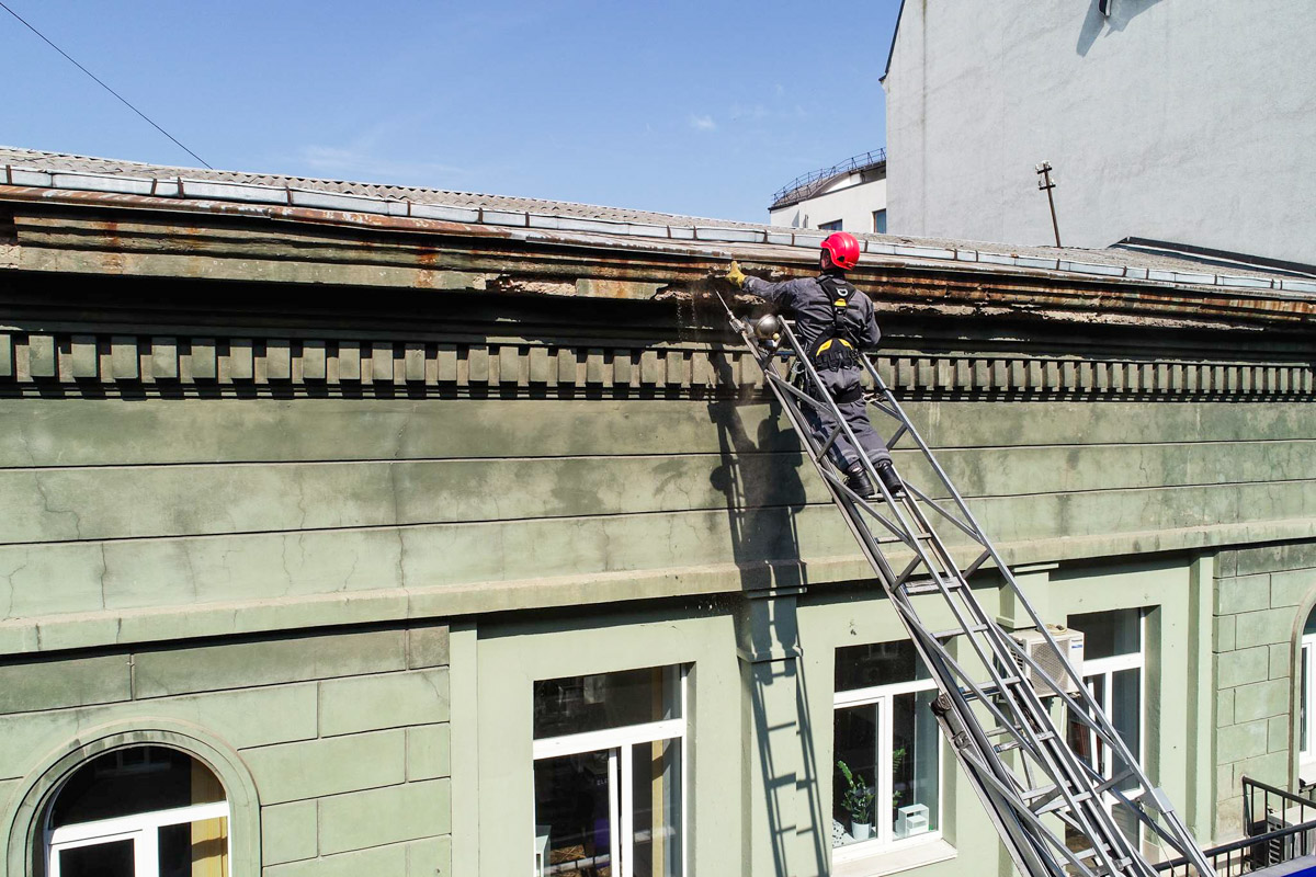 Сейчас оббивают потенциально опасные куски крыши