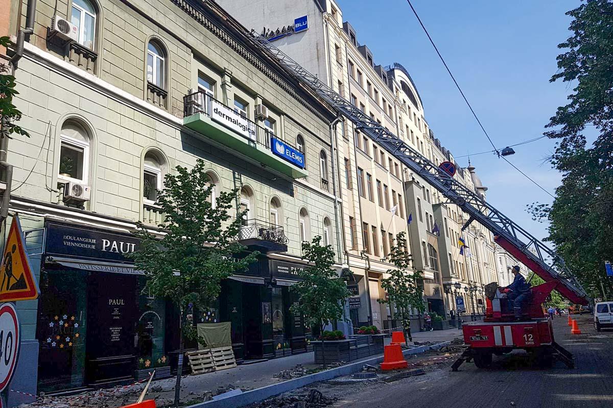 На улице Ярославов Вал, 19 частично обрушилась верхняя часть фасада здания