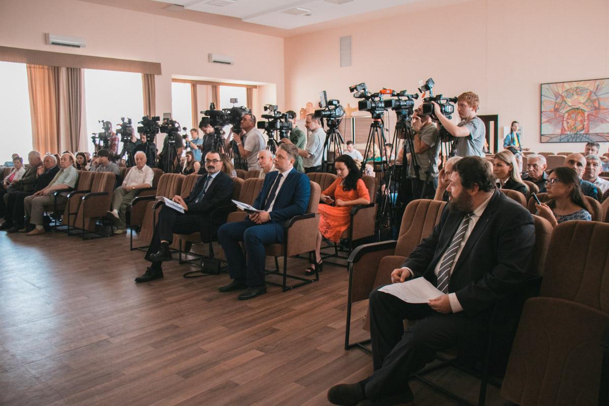 На встречу пришли десятки журналистов