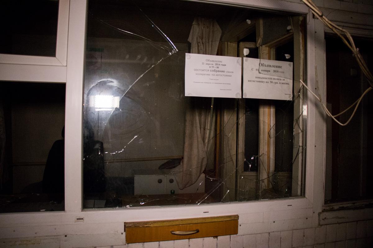 В сторожке разбиты стекла и обрезаны кабеля камер видео наблюдения