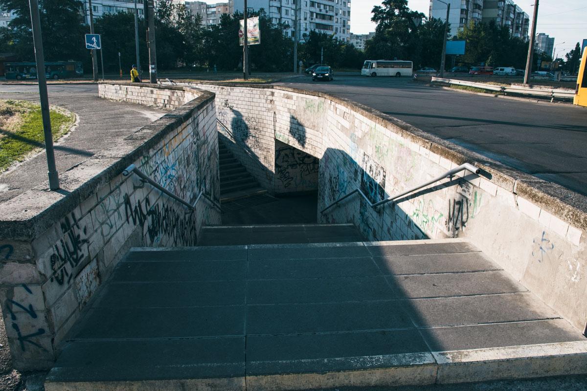 Вход в подземный переход выглядит не разрушенным