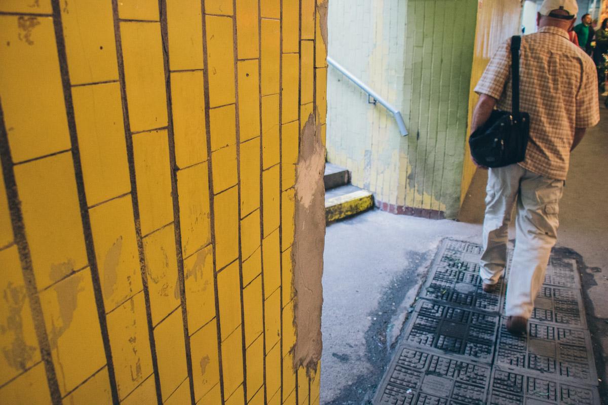 Плитка со стен осыпается