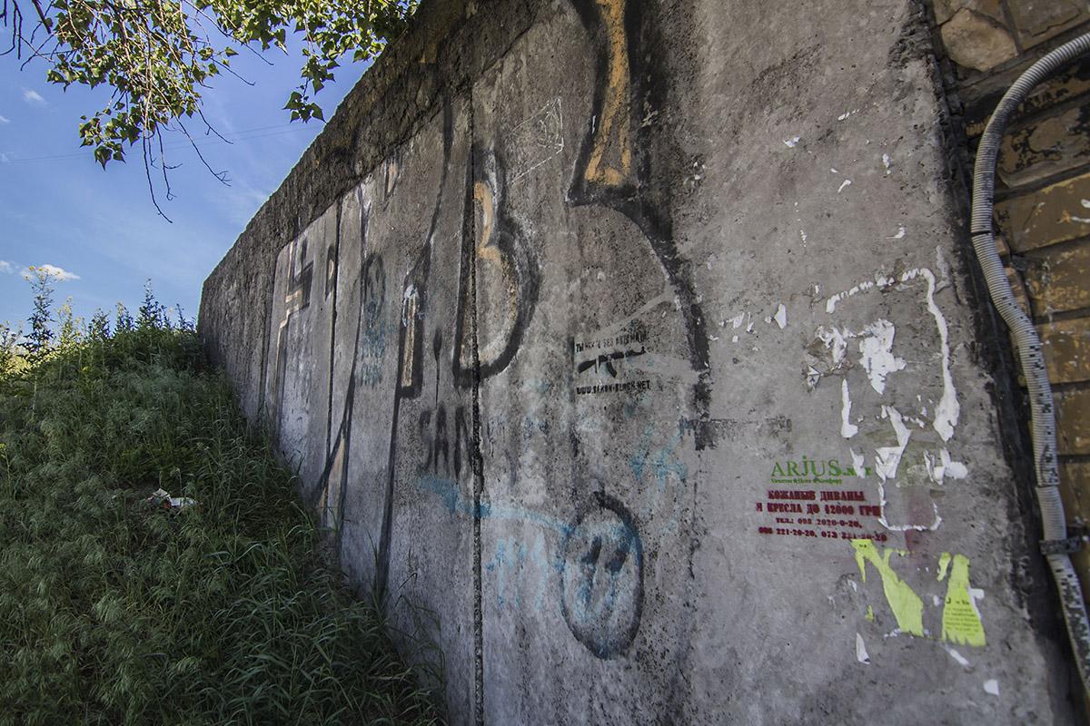 Со стен и сверху падает штукатурка, а стены расписаны граффити и нецензурными словами