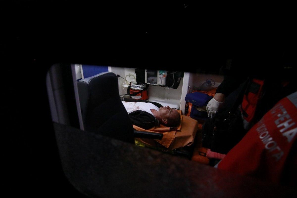 Мужчину под сопровождением полиции забрали в больницу