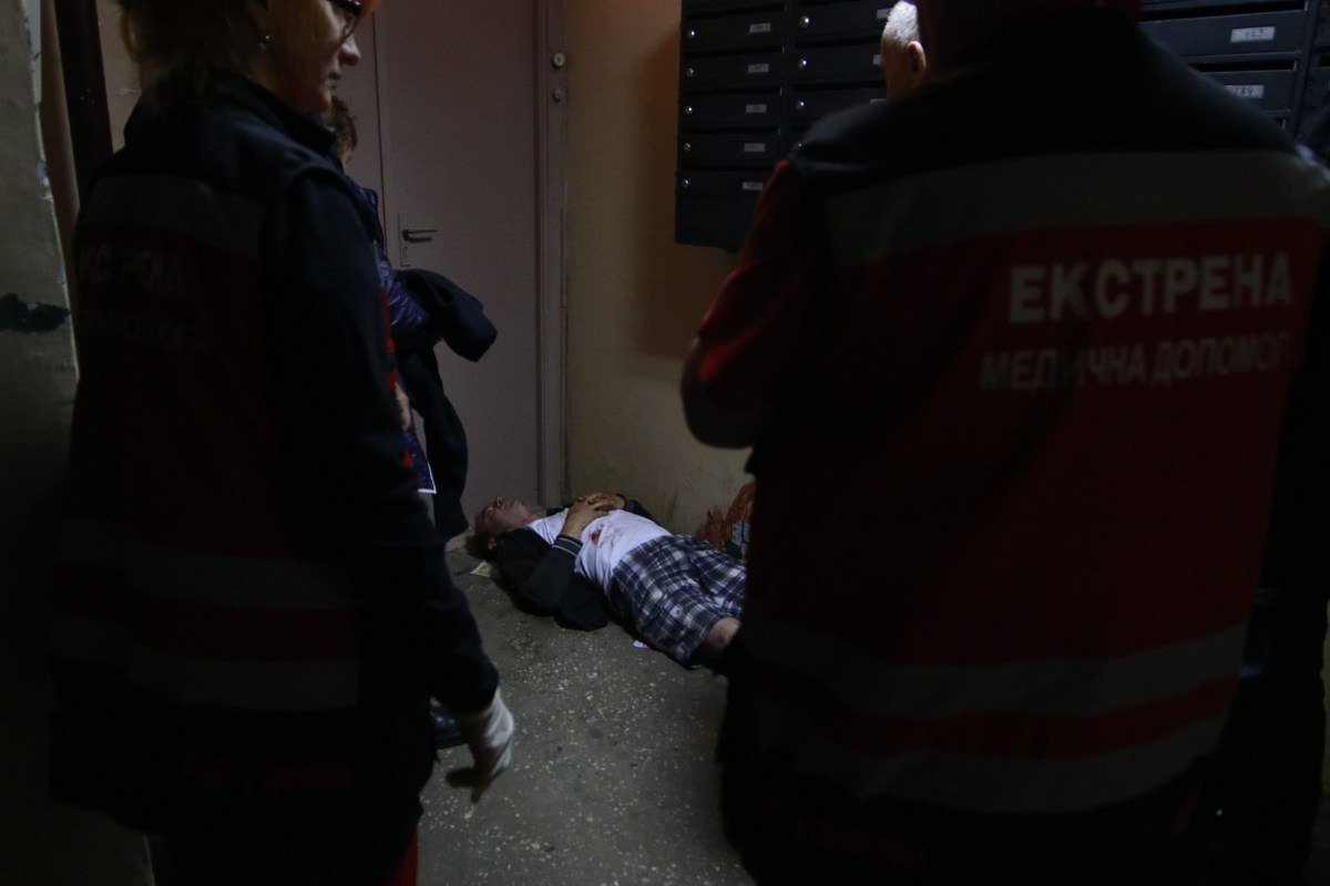 Пострадавшего обнаружила его мать на первом этаже подъезда
