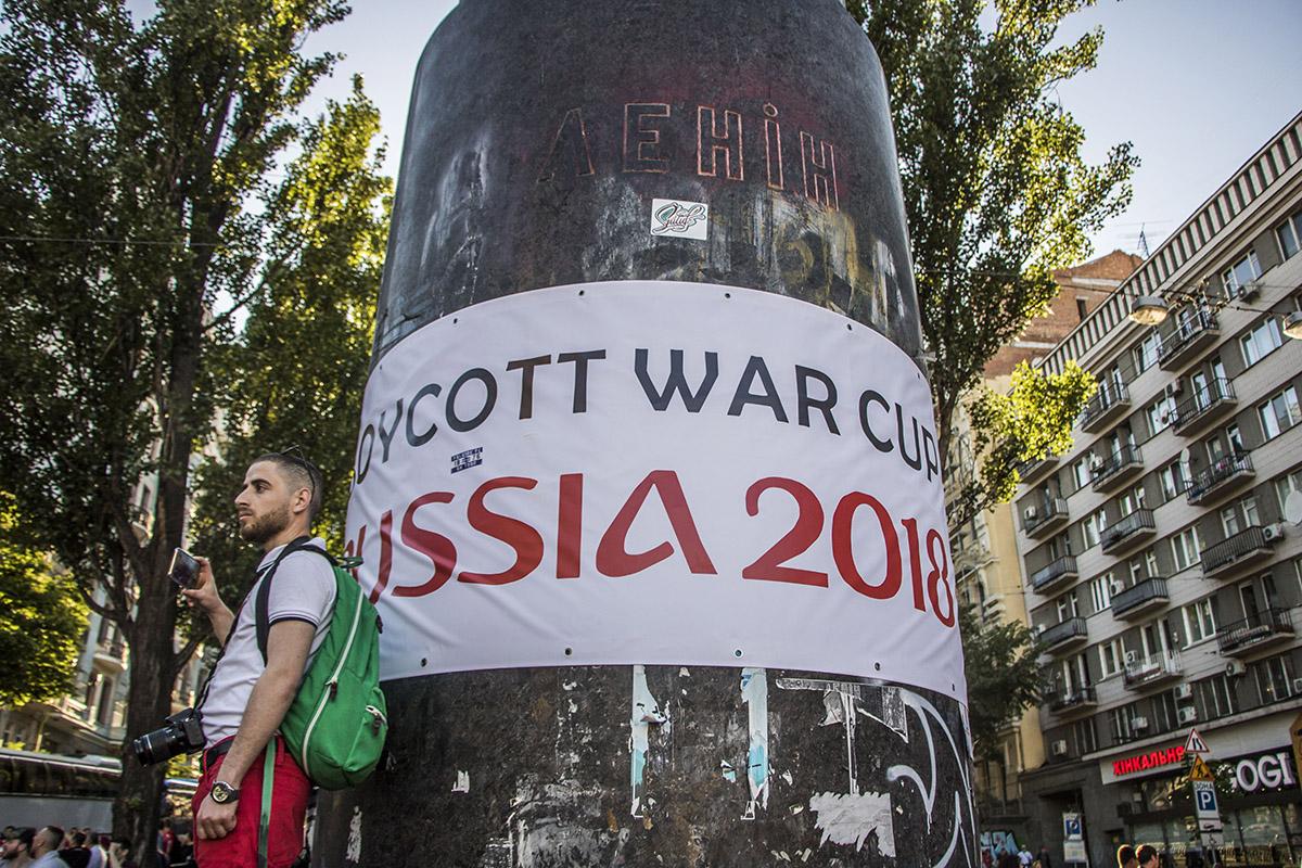 На бывшем памятнике Ленина возле Бессарабской площади вывесили соответствующий плакат