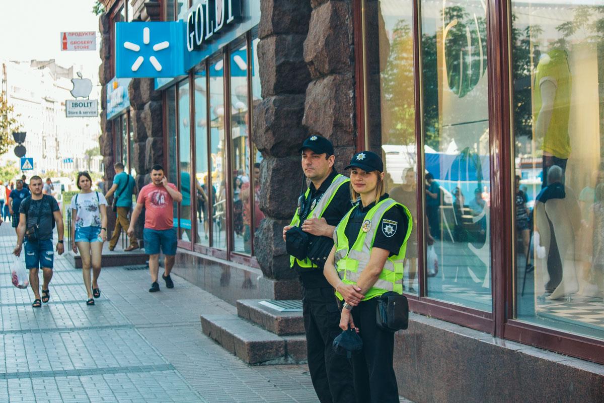Суровый мужчина и улыбчивая девушка - лица украинских правоохранителей