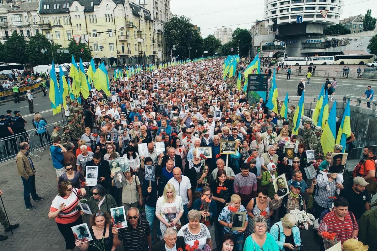 Участники шествия держат в руках плакаты с портретами погибших в годы Второй мировой войны