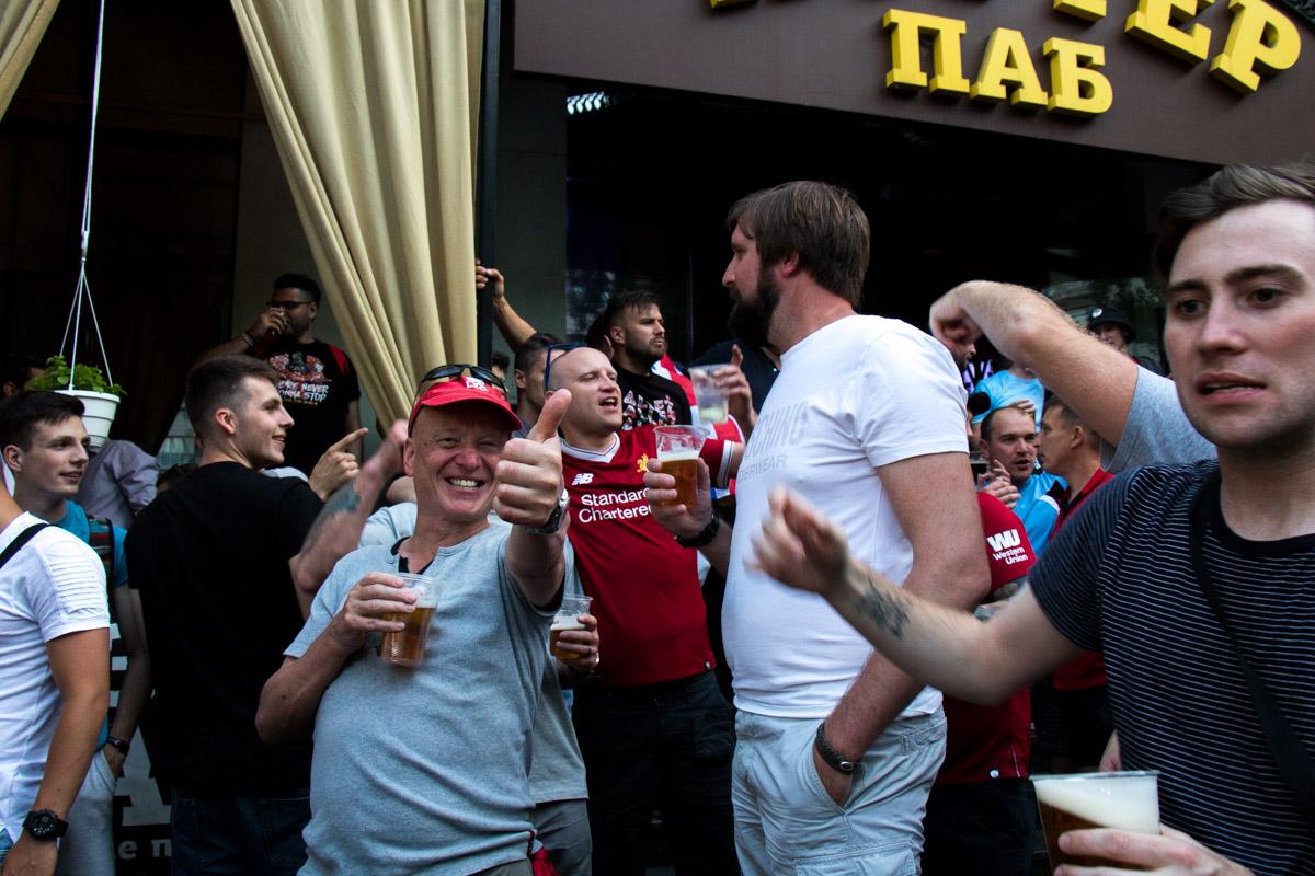 """Фанатов """"Ливерпупля"""" на столько много, что они перекрыли движение на бульваре Шевченко"""